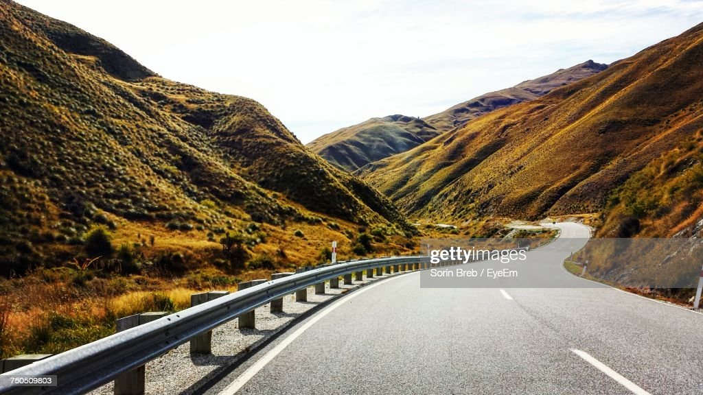 Road Amidst Mountains Against Sky : Foto de stock