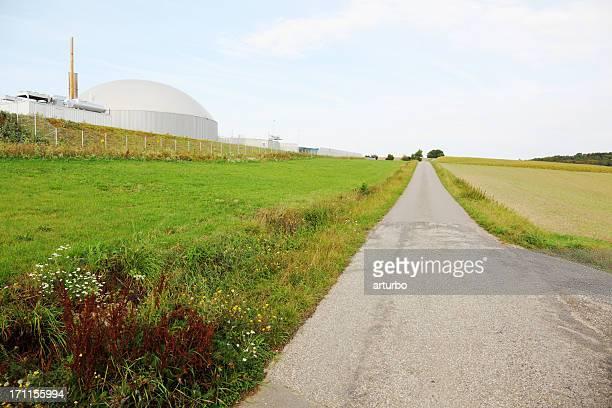 road und grünen Feld mit bio gas power generator