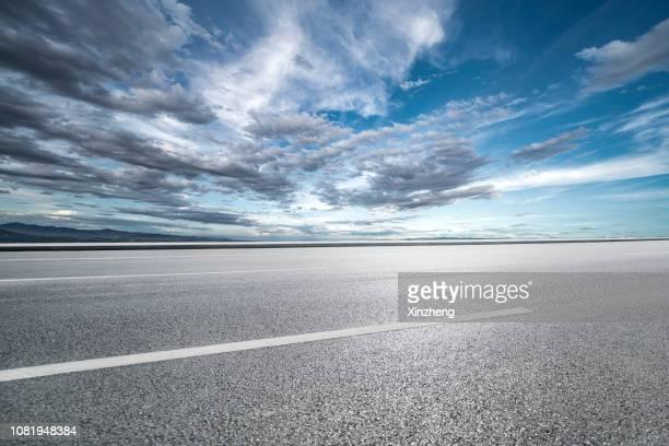 road background - straßenrand stock-fotos und bilder
