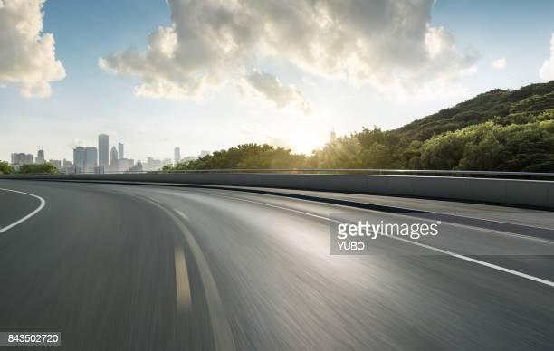 road background - städtischer verkehrsweg stock-fotos und bilder
