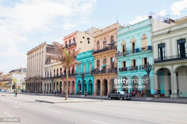 road by buildings in city against sky - cuba foto e immagini stock