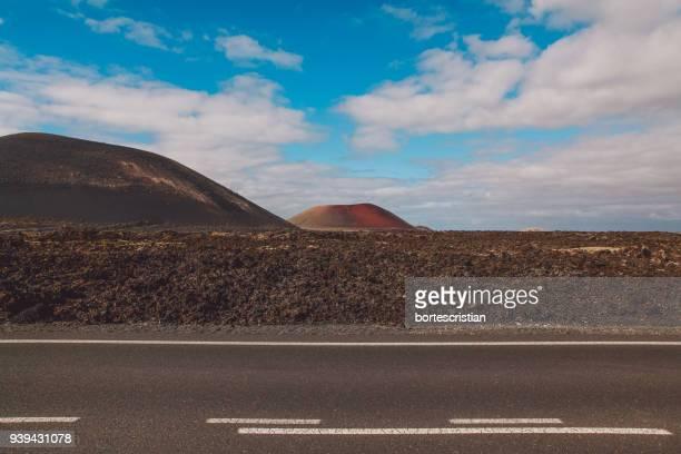 road by desert against sky - bortes photos et images de collection