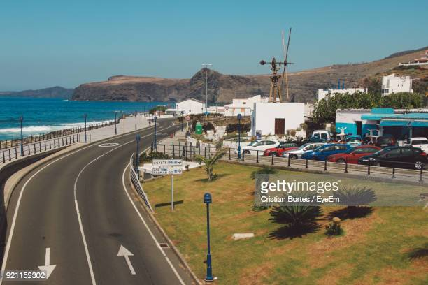 road by sea against clear sky - bortes stockfoto's en -beelden