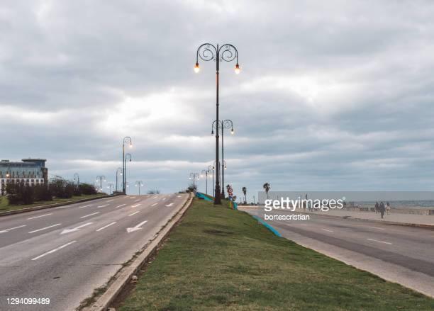road by street against sky - bortes imagens e fotografias de stock