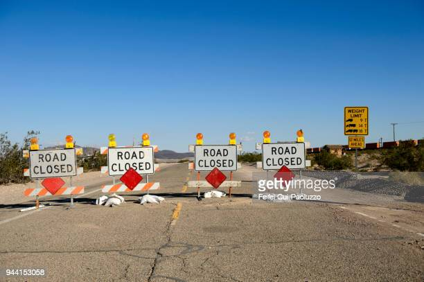 road closed barricade sign at ludlow, california, usa - verboten stock-fotos und bilder