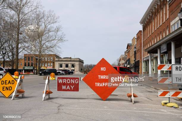 road closed sign and barrier at mount pleasant, iowa, usa - wrong way stock pictures, royalty-free photos & images