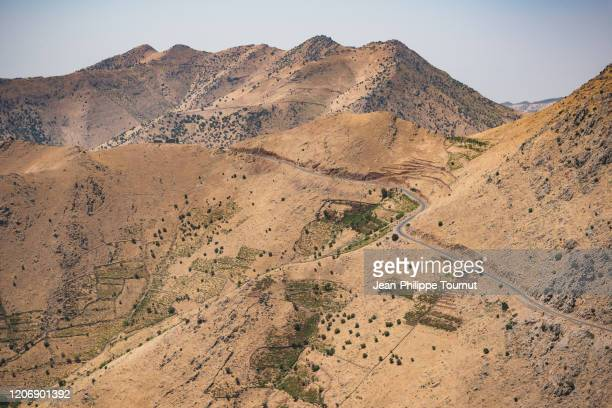 a road crossing the mountains in kurdistan province, western iran - クルディスタン ストックフォトと画像