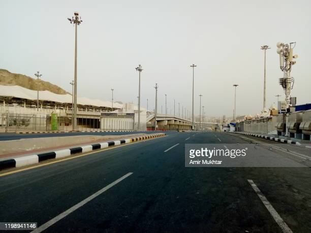 road crossing through the camp site (mina) for pilgrims during hajj - ziarat stock pictures, royalty-free photos & images