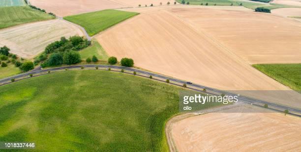Kurve der Straße durch landwirtschaftliche Nutzfläche