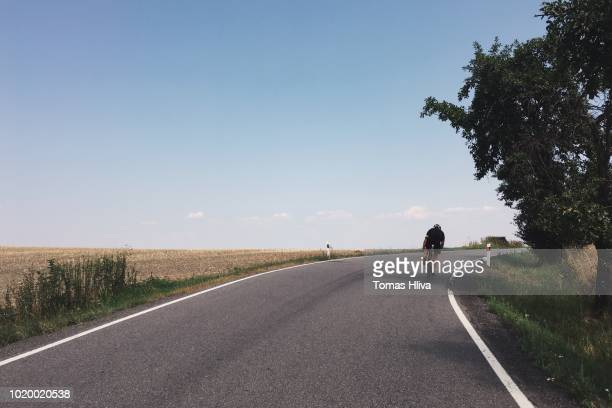weg fietsen - wielrennen stockfoto's en -beelden