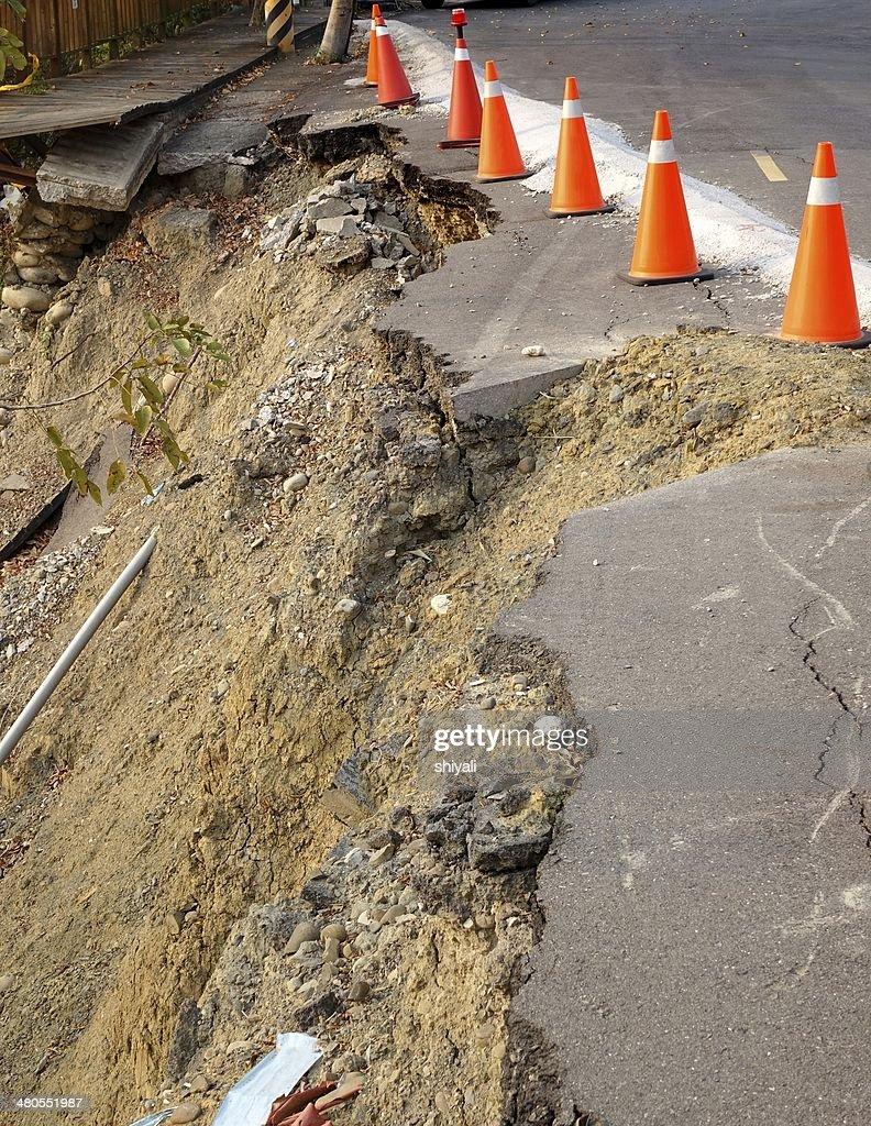 Estrada danificado por Desmoronamento : Foto de stock