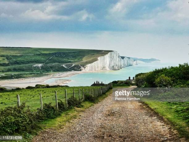 road down to the seven sisters cliffs - イーストサセックス ストックフォトと画像