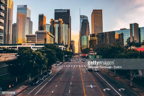 road in city against sky - de stad los angeles stockfoto's en -beelden