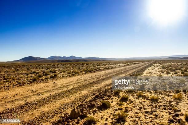 road in desert, salar de uyuni, potosi department, bolivia - potosí potosí department stock pictures, royalty-free photos & images