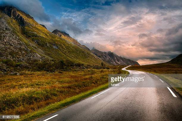 road in lofoten, norway - weg stockfoto's en -beelden