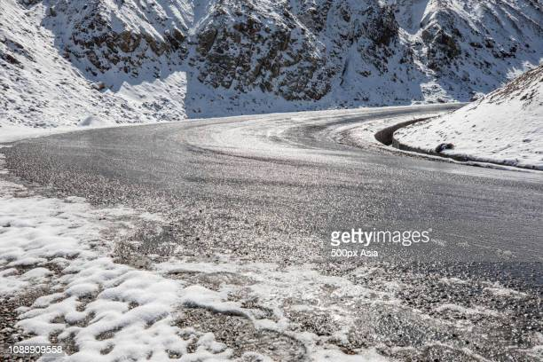 road in mountain scenery, tibet - image stockfoto's en -beelden