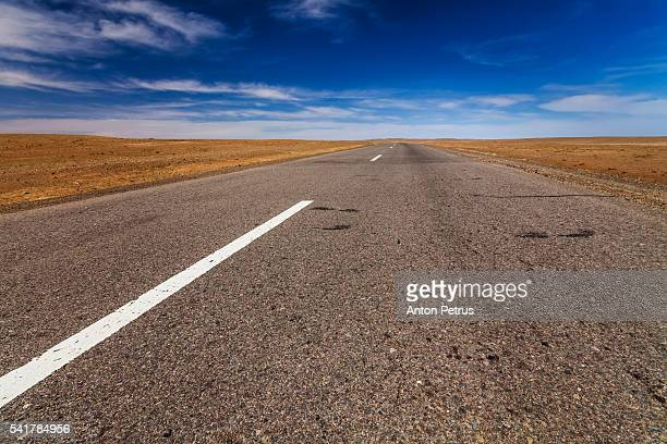 road in the desert - omnogov stock pictures, royalty-free photos & images