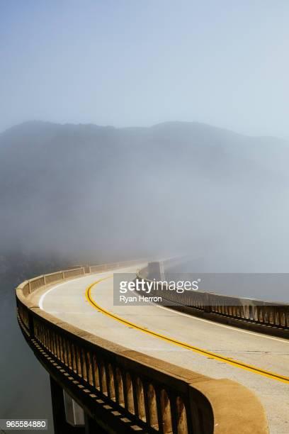 朝の霧の道