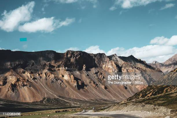 a road in the mountains - the storygrapher stockfoto's en -beelden