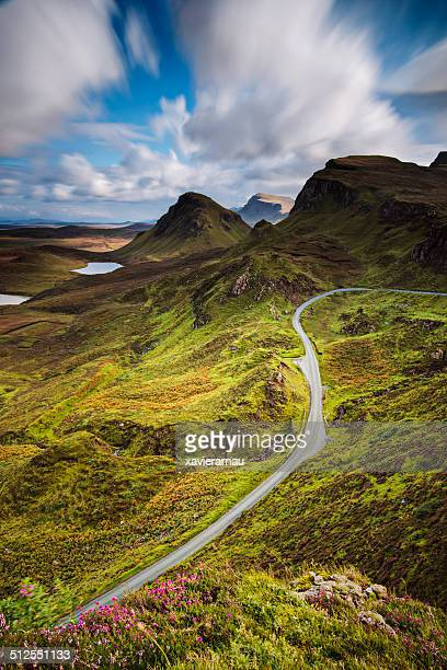 road in the quiraing mountains - schotland stockfoto's en -beelden