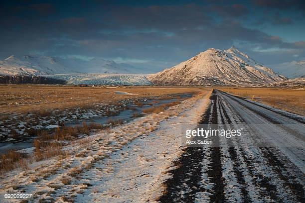 a road in the skaftafell national park at sunrise. - alex saberi bildbanksfoton och bilder