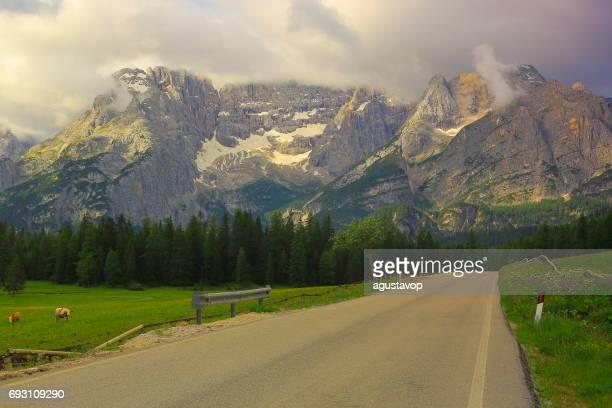 Weg ins idyllische Zinnen Gebirge und Wälder im Frühjahr, dramatischen Panorama und der majestätischen Dolomiten, Italien Tirol Alpen