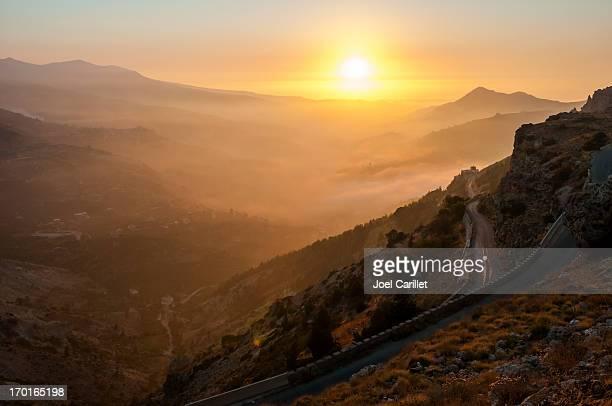 straße in die berge im nebel über dem libanon qadisha valley - libanon stock-fotos und bilder