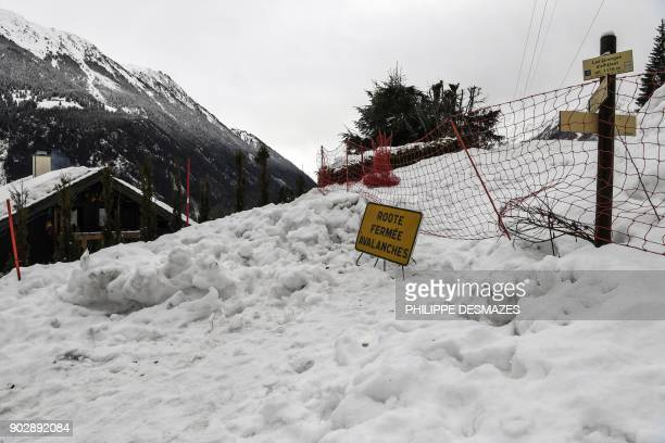 Road is closed due to an avalanche, on January 9, 2018 in Les Houches near Chamonix. / AFP PHOTO / PHILIPPE DESMAZES