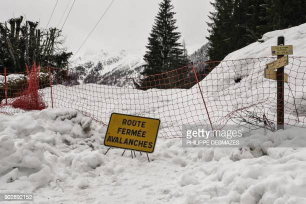 A road is closed due to an avalanche on January 9 2018 in Les Houches near Chamonix / AFP PHOTO / PHILIPPE DESMAZES