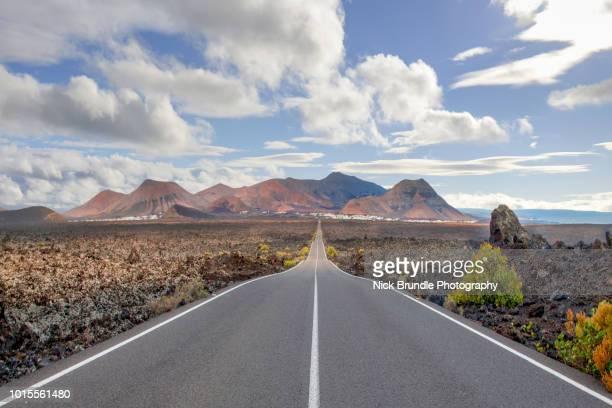 lz-67 road, lanzarote, spain - islas canarias fotografías e imágenes de stock