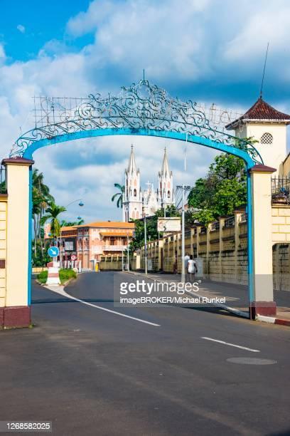 road leading to the cathedral of st. isabel, malabo, bioko, equatorial guinea - guinea ecuatorial fotografías e imágenes de stock