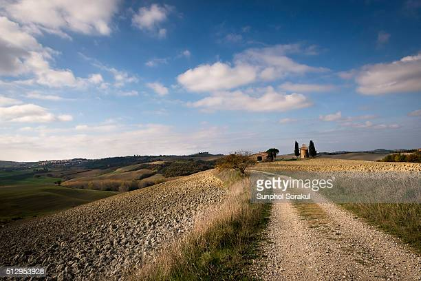a road leading to vitaleta chapel in the landscape of val d'orcia - capella di vitaleta stock pictures, royalty-free photos & images