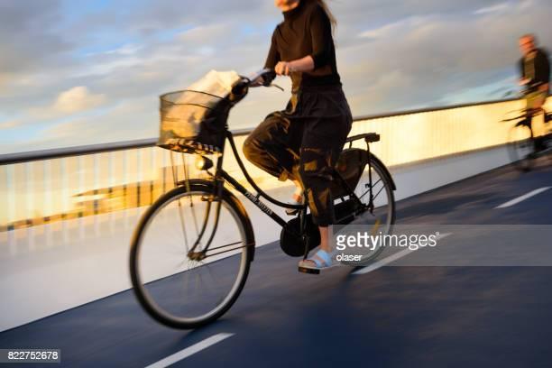 weg markeren voor fietspad in nyhavn - rijwiel stockfoto's en -beelden