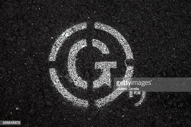 road markings on black asphalt - letra g - fotografias e filmes do acervo