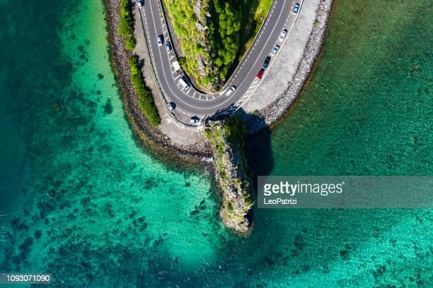 camino que pasa a través de una roca en isla mauricio - islas mauricio fotografías e imágenes de stock