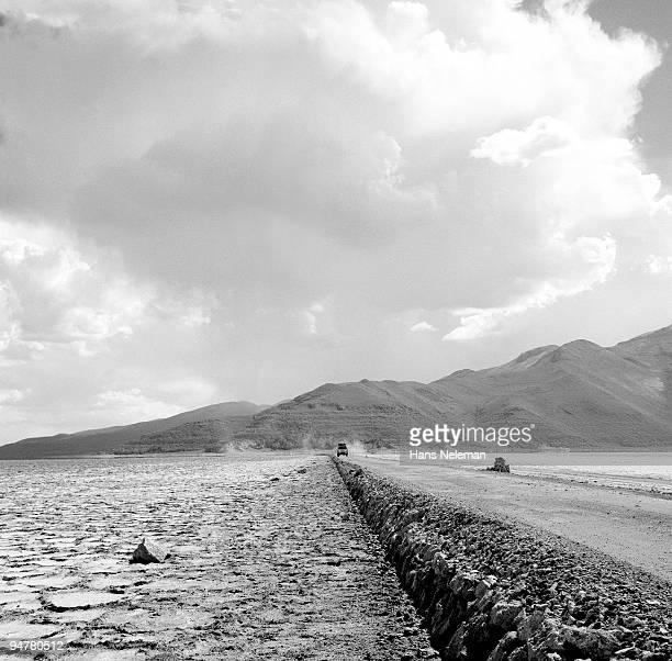 road passing through an arid landscape, uyuni, potosi department, bolivia - potosí potosí department stock pictures, royalty-free photos & images