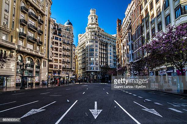 road passing through city - valencia spanje stockfoto's en -beelden