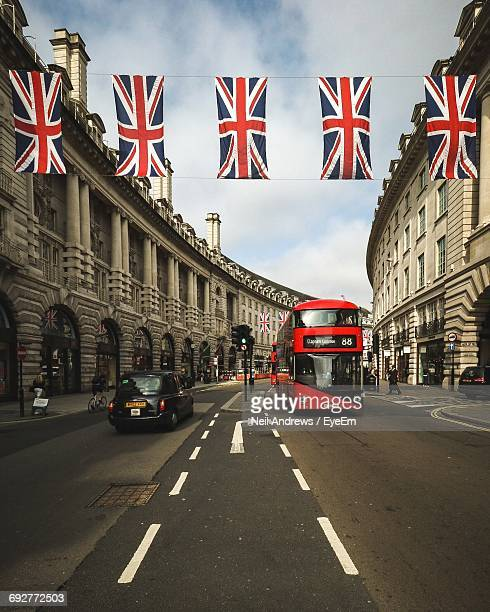road passing through london - double decker bus stock pictures, royalty-free photos & images