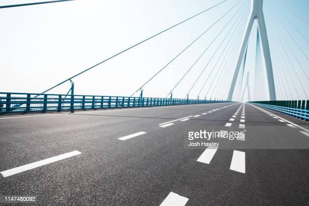 road - つり橋 ストックフォトと画像