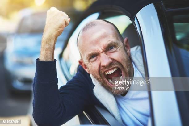Road Rage: Out-of-Control männliche Fahrer Faust schütteln und schreien