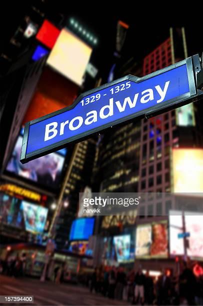 道路交通標識と Broadway Avenue で