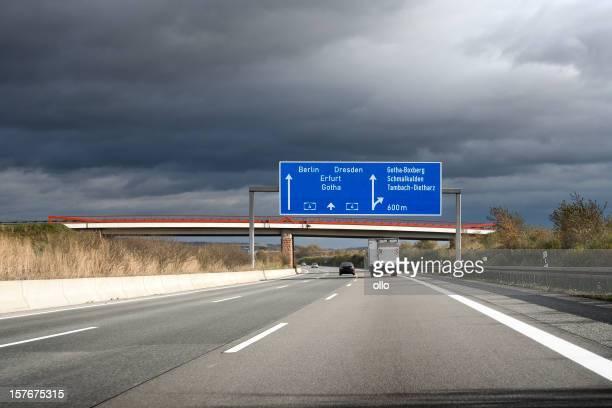 Verkehrsschild Deutsche autobahn, dunkle Wolken