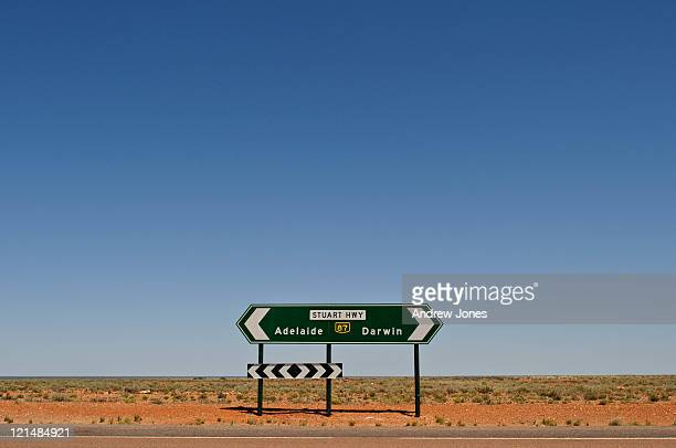 road sign - coober pedy foto e immagini stock