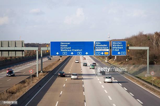 Straße Zeichen und Verkehr auf Deutsche Autobahn A5