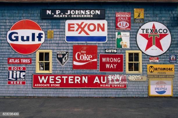 """road signs on the """"love barn"""" - image foto e immagini stock"""