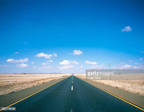 road through a wide landscape - hugh sitton 個照片及圖片檔