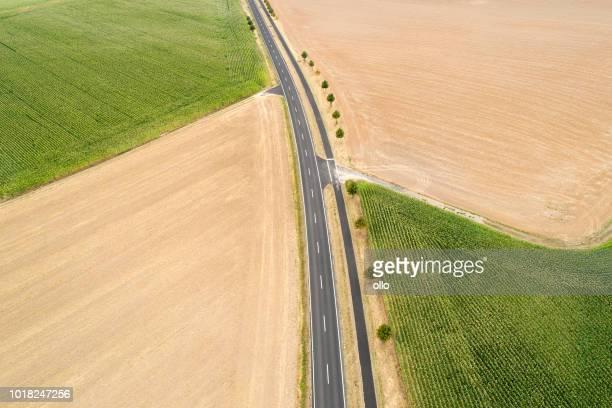 Straße durch landwirtschaftliche Nutzfläche