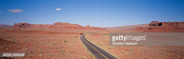 road through desert - timothy hearsum stockfoto's en -beelden