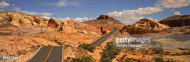 road through red rock formations - timothy hearsum photos et images de collection
