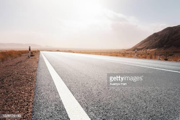 road through the desert - prospettiva lineare foto e immagini stock